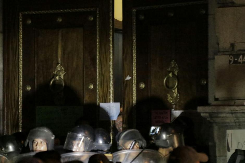 Los diputados salieron por las puertas de la 9a avenida de la zona 1. (Foto: Alejandro Balan/Soy502)