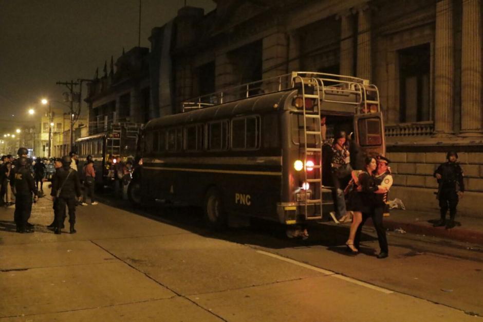 La PNC utilizó buses para extraer a los legisladores. (Foto: Alejandro Balan/Soy502)