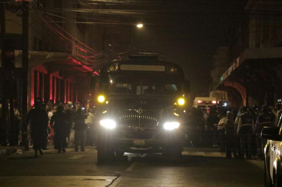 Luego de permanecer varias horas dentro del Congreso, los diputados fueron evacuados. (Foto: Alejandro Balan/Soy502)