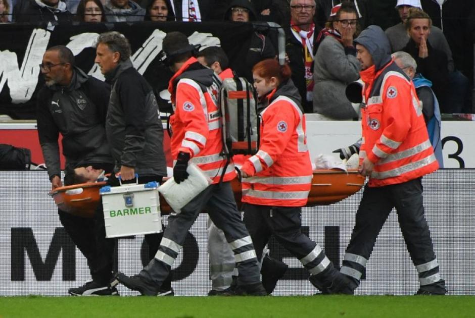 Los paramédicos trasladan al jugador al hospital. (Foto: AFP)