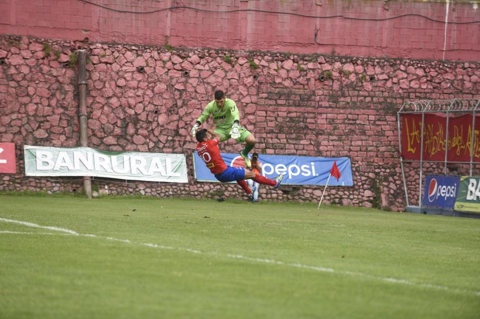 Alexis Matta salió lesionado tras chocar con el portero Manuel Sosa de Malacateco. (Foto: Nuestro Diario)