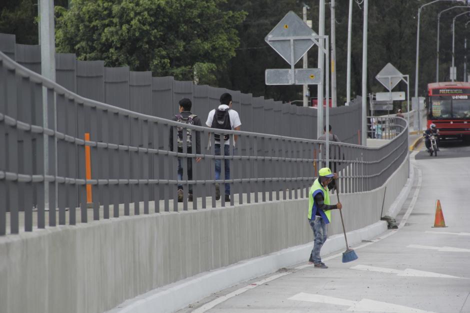 También se construyó un paso peatonal que conecta las calzadas San Juan y Roosevelt. (Foto: Fredy Hernández/Soy502)