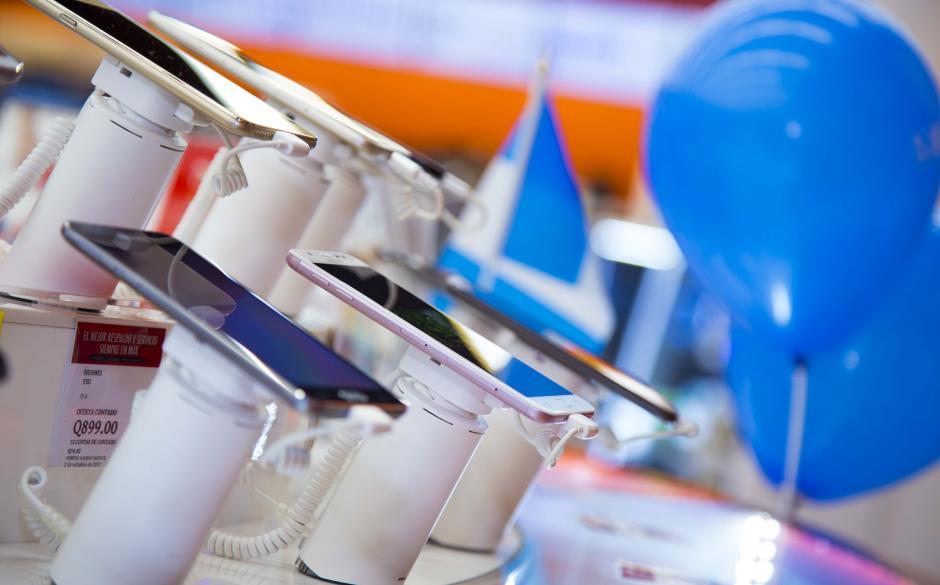 La nueva tienda MAX Antigua cuenta con un taller de reparación de celulares de Distelsa (CPR). (Foto: Victor Xiloj/Soy502)