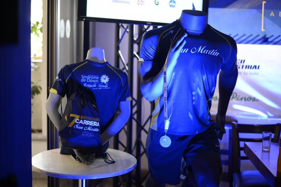 Este año la camisa está hecha con material especializado para corredores. (Foto: Wilder López/Soy502)