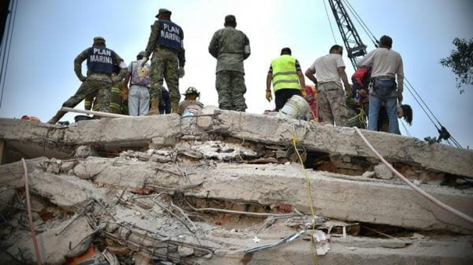 Encuentran vivos a tres niños en colegio derrumbado — Terremoto en México