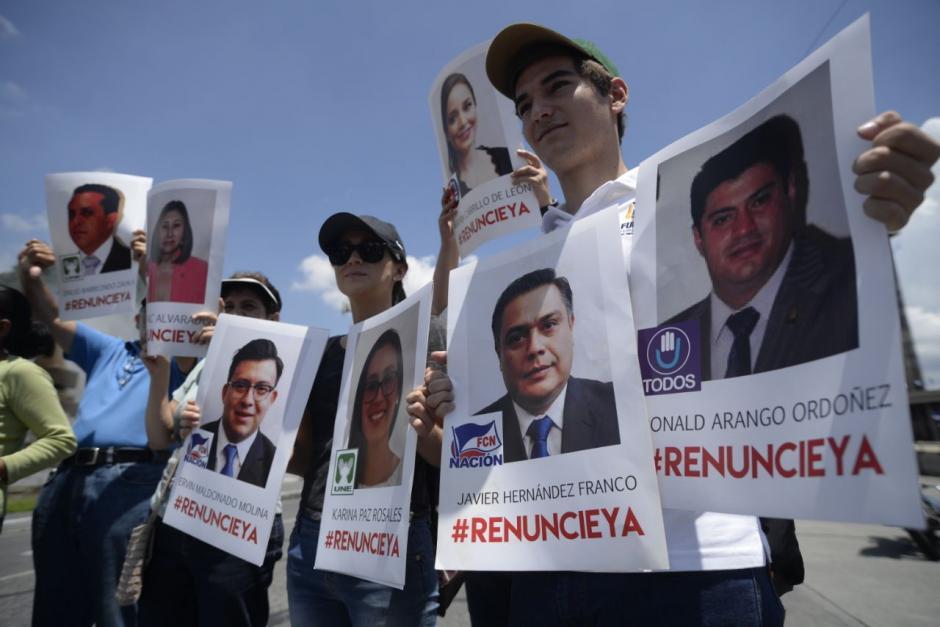 Varios ciudadanos piden la renuncia de los parlamentarios. (Foto: Wilder López/Soy502)