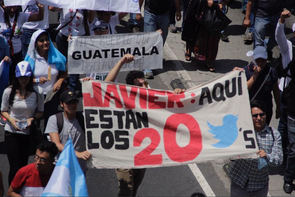 Los manifestantes le recordaron al diputado acerca de los tuiteros. (Foto: Wilder López/Soy502)