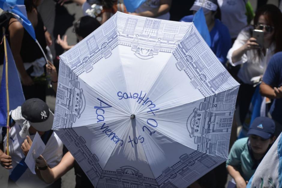 En sombrillas también escribieron el mensaje. (Foto: Wilder López/Soy502)