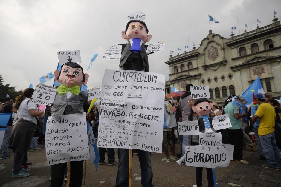 Piñatas de Jimmy y los diputados aparecieron en la manifestación. (Foto: Wilder López/Soy502)