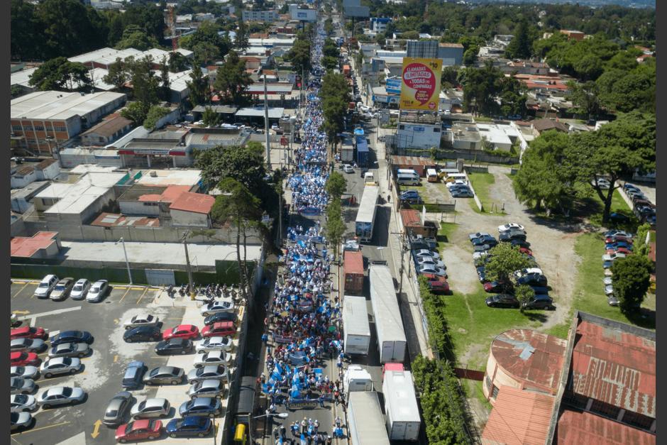 Miles de estudiantes caminan hacia la zona 1. (Foto: Soy502)