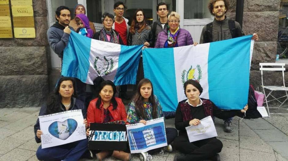 En las afueras de la embajada de Estocolmo, Suecia, se registraron manifestaciones. (Foto: Pao Gordillo)