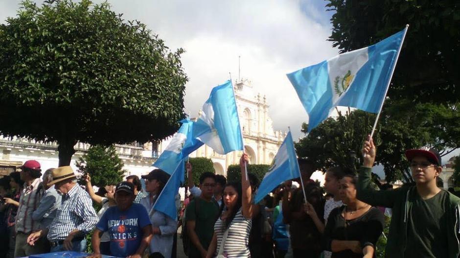Los manifestantes en Antigua Guatemala llevaron banderas y pancartas. (Foto: Usuario redes sociales)