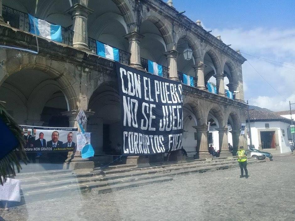 Los inconformes colocaron mantas en Antigua Guatemala. (Foto: Usuario redes sociales)