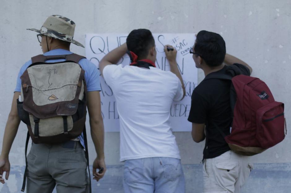 Varias consignas escriben los universitarios en carteles. (Foto: Alejandro Balán/Soy502)