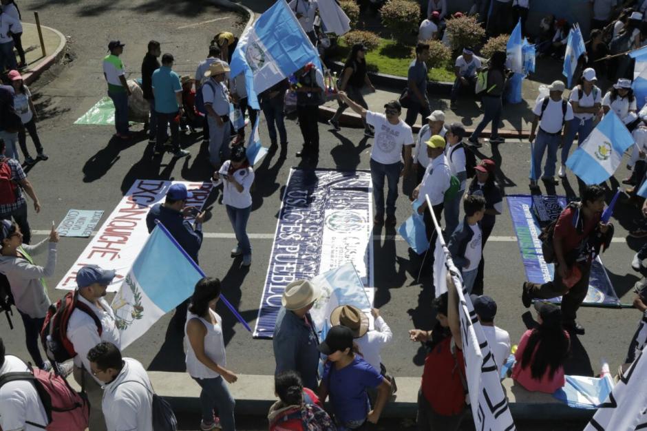 Cientos de estudiantes realizaron pancartas. (Foto: Alejandro Balán/Soy502)