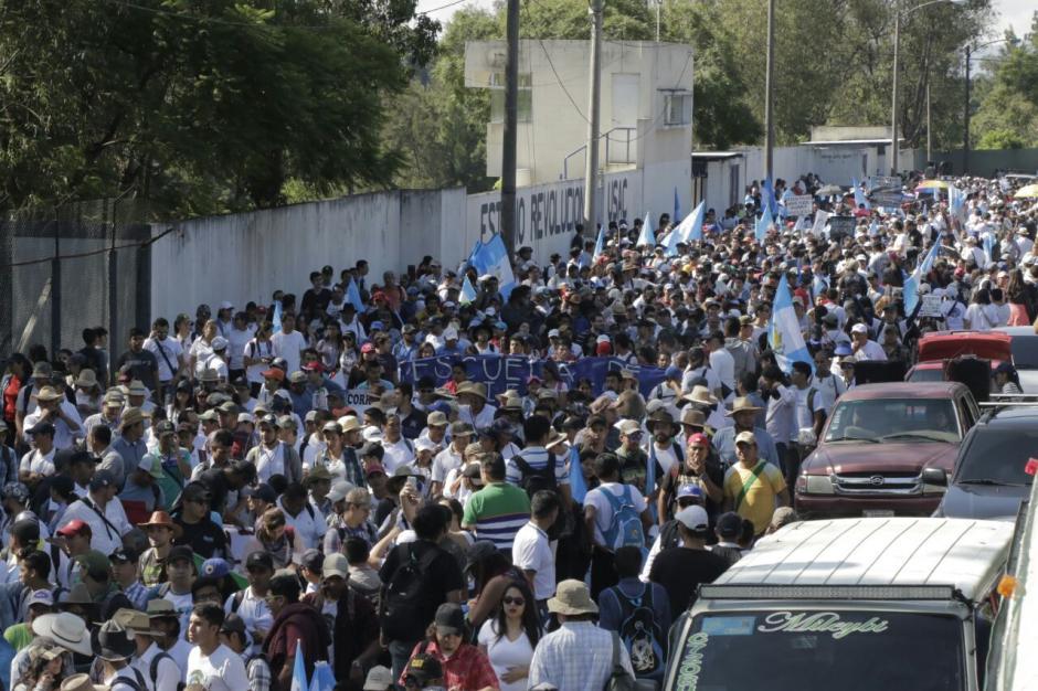 Cientos de estudiantes de la Usac salen. (Foto: Alejandro Balán/Soy502)