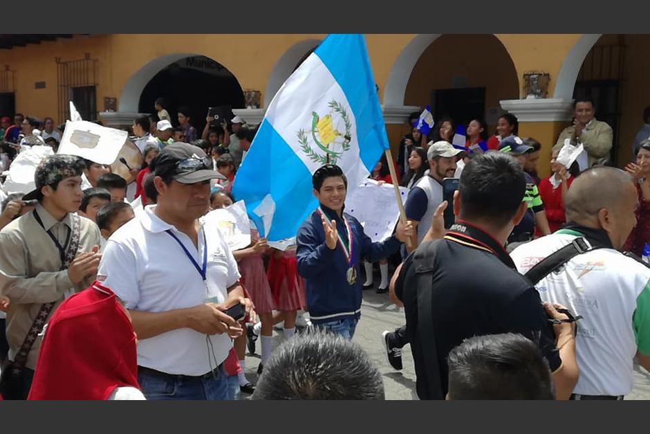 Jorge Vega fue recibido como héroe en su natal Jocotenango, Sacatepéquez. (Foto: Carlos Reyes)