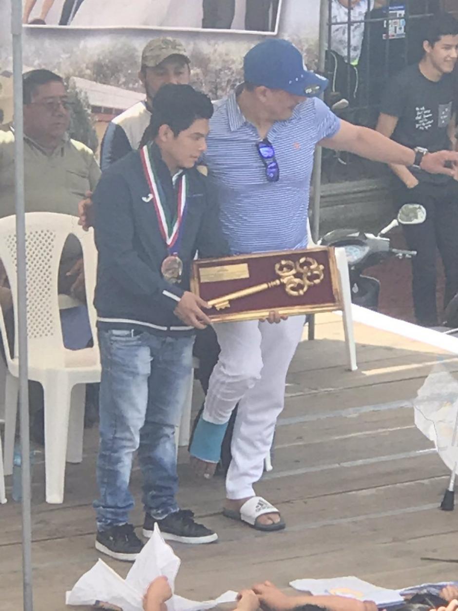 El alcalde de Jocotenango entregó un reconocimiento a Jorge Vega. (Foto: JC Velásquez)
