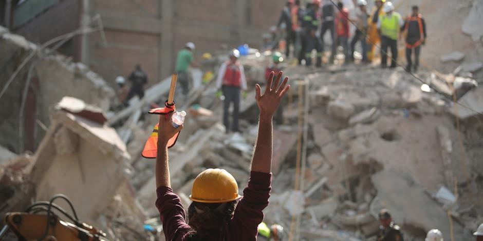 La rescatan bajo los escombros gracias a sus mensajes de WhatAapp