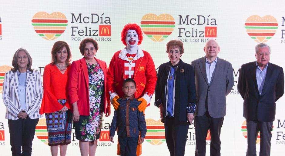 Representantes de McDonald´s Guatemala posan junto a Mario Orozco, niño beneficiado de Fundación Ronald McDonald. (Foto: cortesía McDonald´s)
