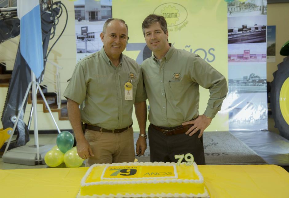 De izquierda a derecha: Vinicio Mata, gerente de Mercadeo y Patrick Daniels, gerente general. (Foto: Victor Xiloj/Soy502)