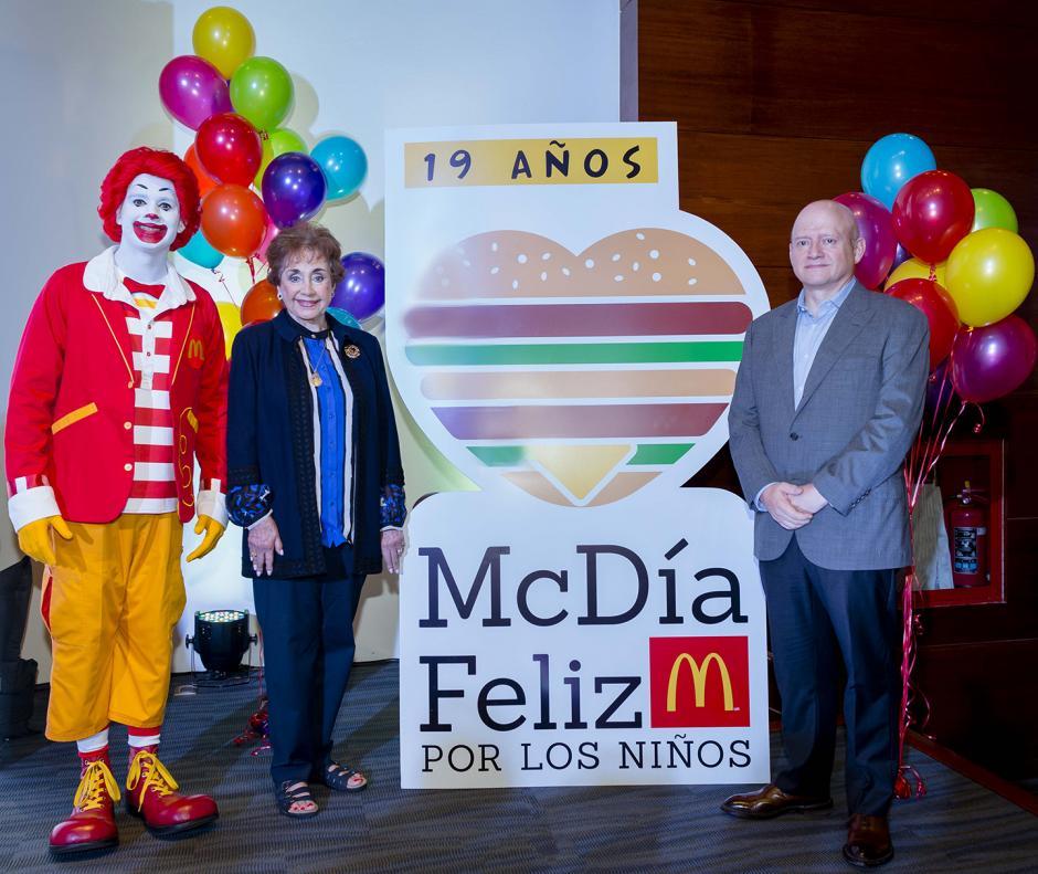 Ronald McDonald posa junto a Yolanda Fernández de Cofiño y Álvaro, presidentes de McDonald´s Guatemala y Mesoamérica. (Foto: George Rojas/soy502)