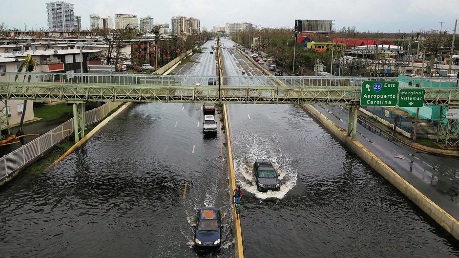 Las calles continúan inundadas en varias regiones de Puerto Rico. (Foto: AFP)