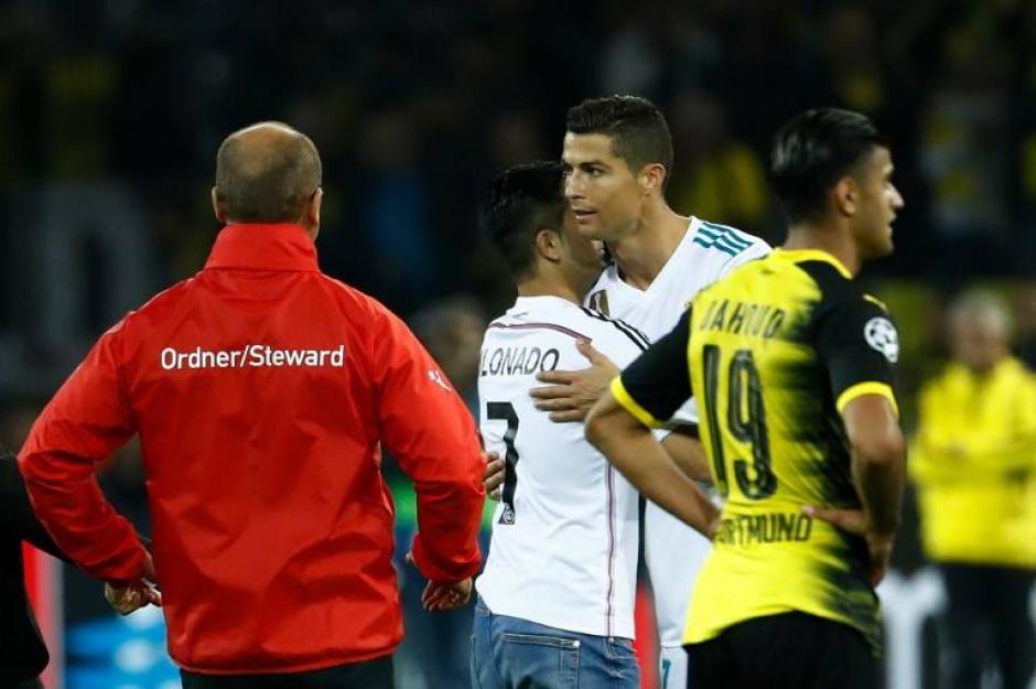 Al final este aficionado logró su objetivo, que era llegar hasta Cristiano. (Foto: AFP)