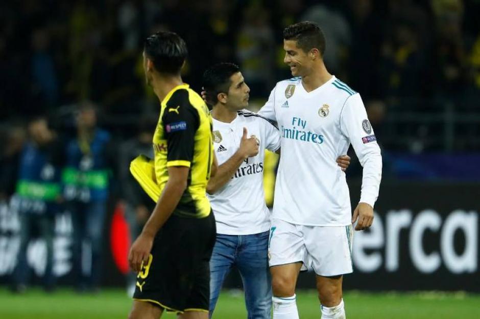 CR7 abrazó a su fan antes de que lo sacara la seguridad. (Foto: AFP)