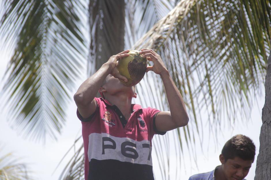 Son tan nobles que comparten un coco con los visitantes que llegan a su región. (Foto: Fredy Hernández/Soy502)