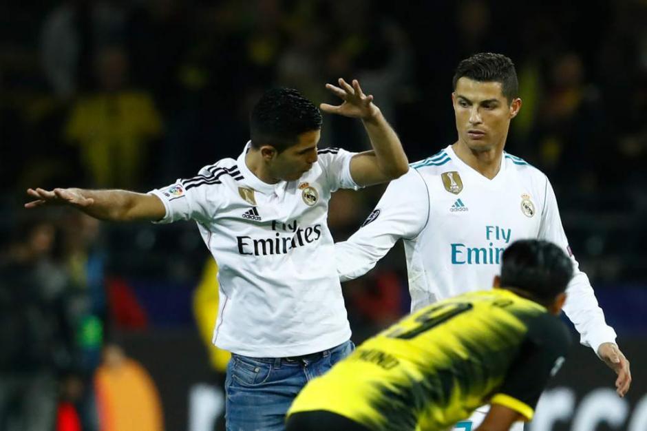 Cristiano se vio sorprendido por este aficionado que celebra como él. (Foto: AFP)