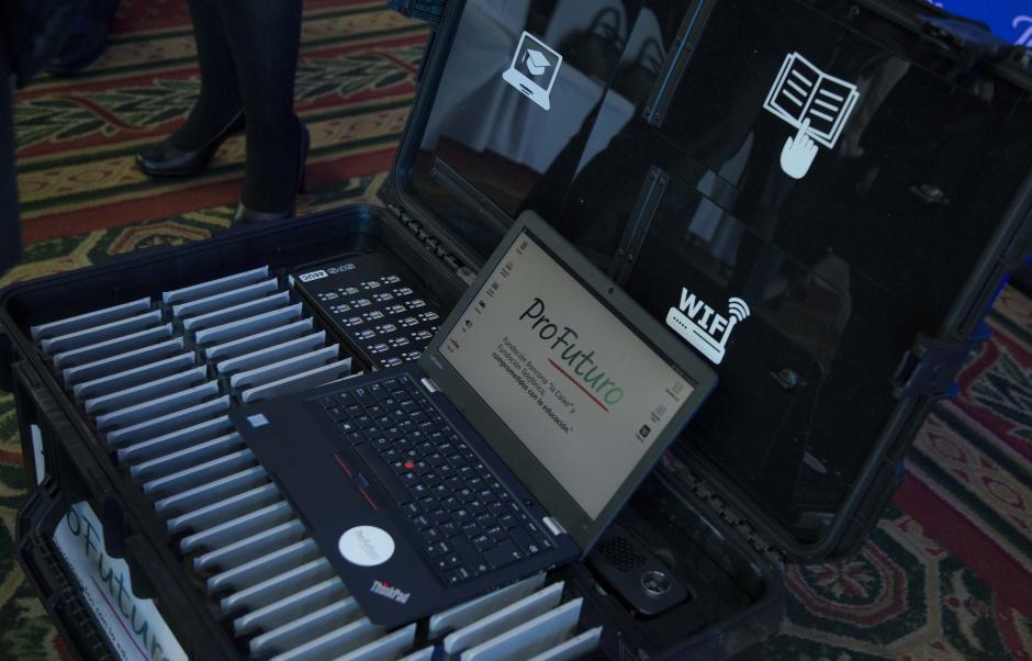 El equipo tecnológico consiste en 300 maletas ProFuturo que incluyen: una computadora portátil, tabletas, cañonera, routery concentrador de carga, entre otros accesorios. (Foto: Víctor Xiloj/Soy502)