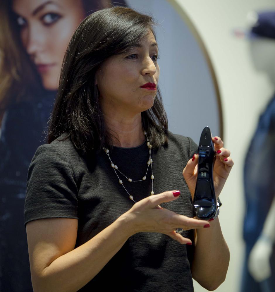 Lucrecia de Paz, gerente de marca de Perfumerías Fetiche, mostró la versión anterior y actual de Good Girl. (Foto: George Rojas/Soy502)