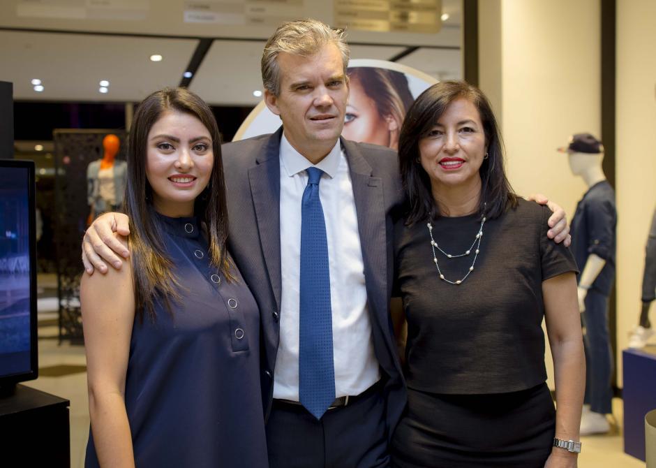 Adriana Sandoval, Kay Schnoor y Lucrecia de Paz, representantes de Perfumerías Fetiche. (Foto: George Rojas/Soy502)
