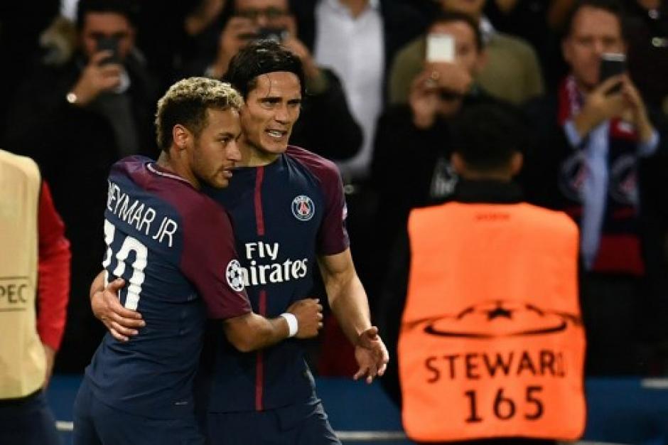 Neymar abrazó primero a Cavani tras su gol. (Foto: AFP)
