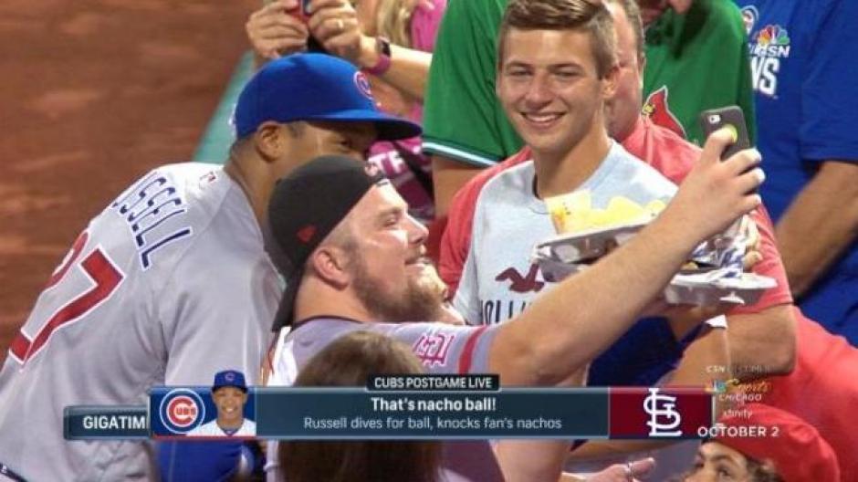 La historia tuvo final feliz: el pelotero le compró otros nachos y se tomó una selfie con él. (Foto: captura de video)