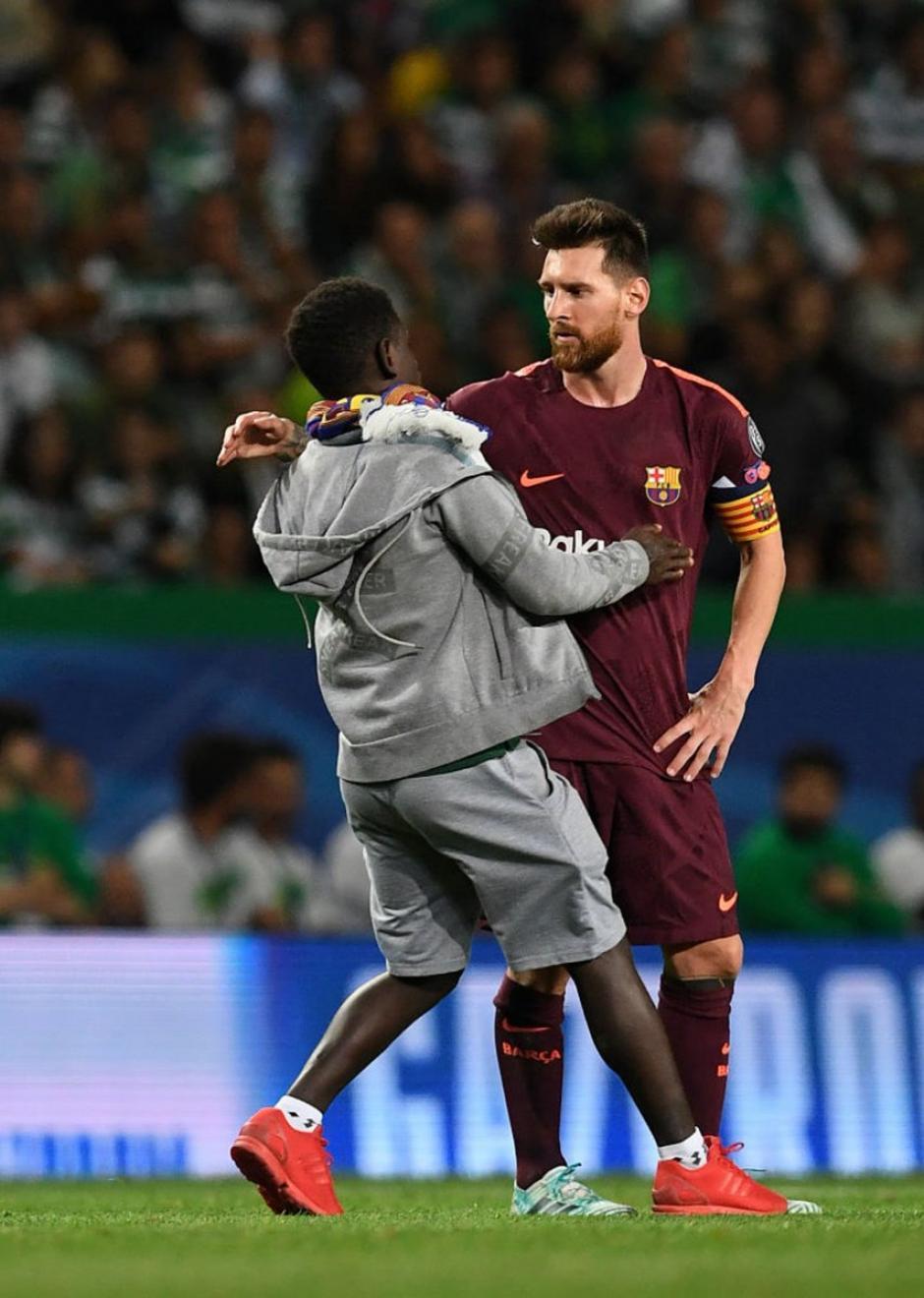Primero fue un abrazo y luego vino el beso a Messi. (Foto: VG Sports)