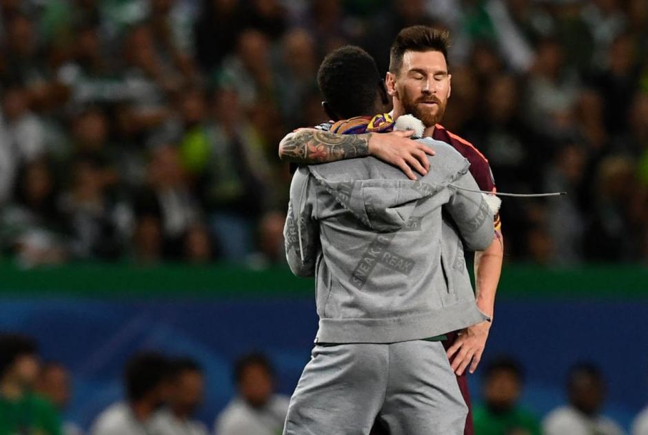 Messi abrazó y agradeció al fanático su gesto. (Foto: VG Sports)
