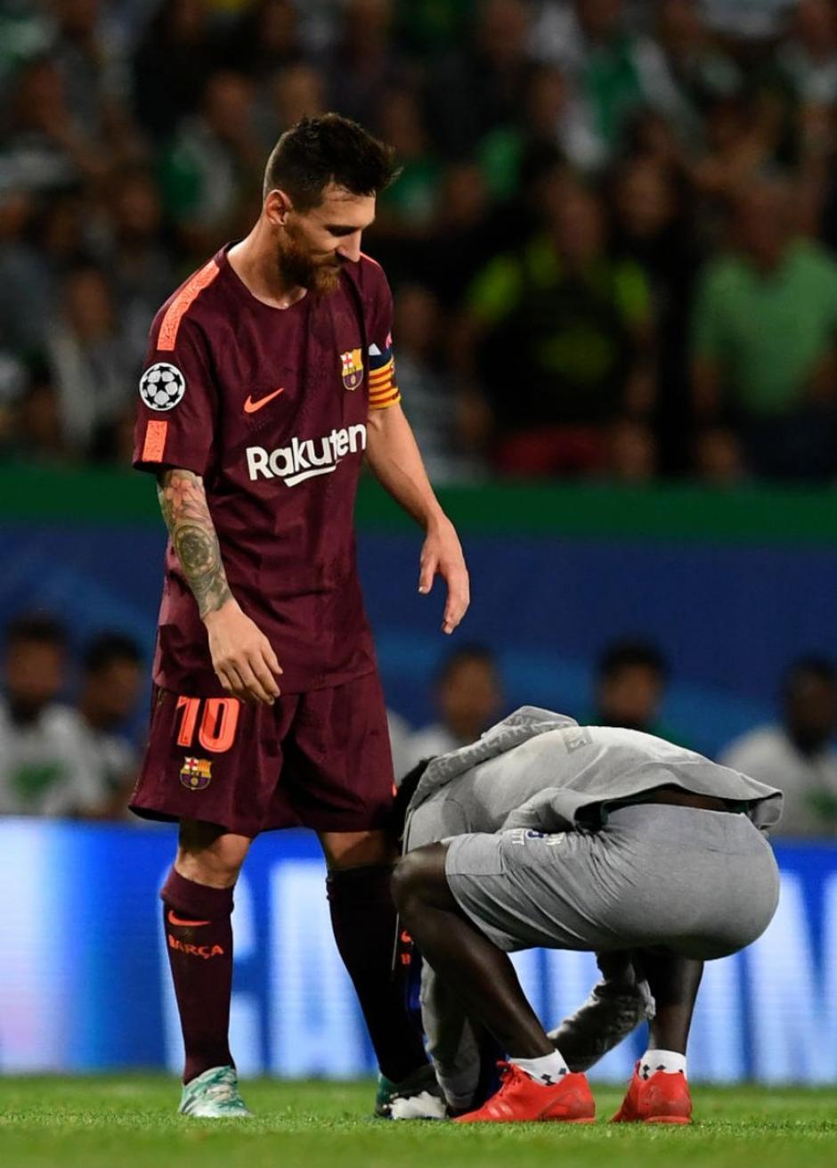 El momento más emotivo fue cuando el muchacho se agachó para besar el pie zurdo de Leo. (Foto: VG Sports)