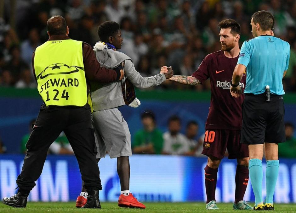 Aficionados portugués salta a la cancha para besar la zurda de Messi. (Foto: VG Sports)