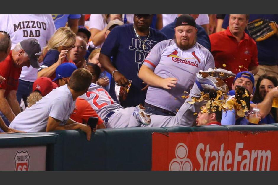 Addison Russell buscaba atrapar la pelota, pero le botó los nachos un fanático. (Foto: captura de video)