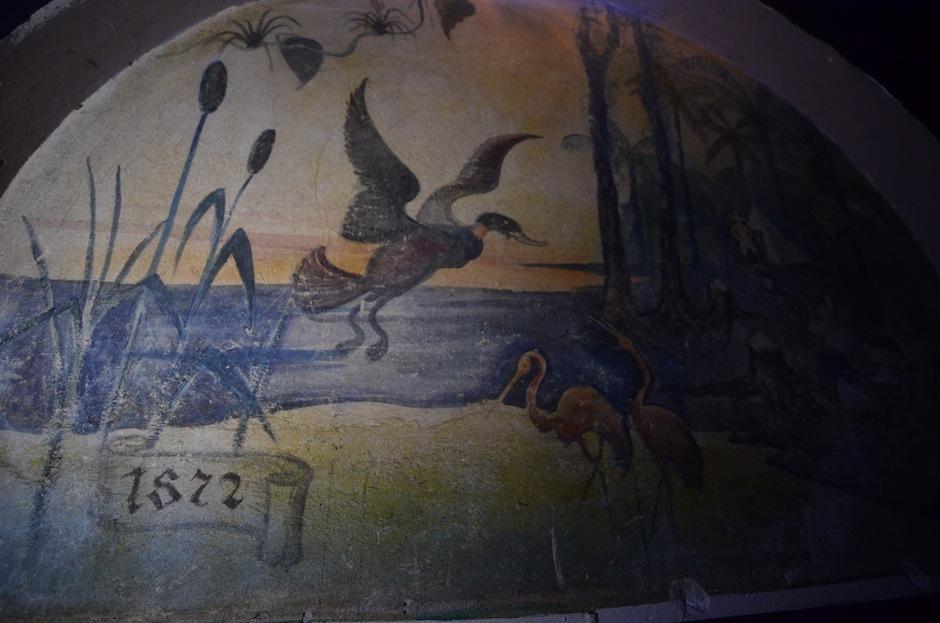 Los detalles narran una Guatemala rica en flora y fauna. Los murales tienen algunas fechas que podrían ser clave para contar la vida del hotel. (Foto: Selene Mejía/Soy502)