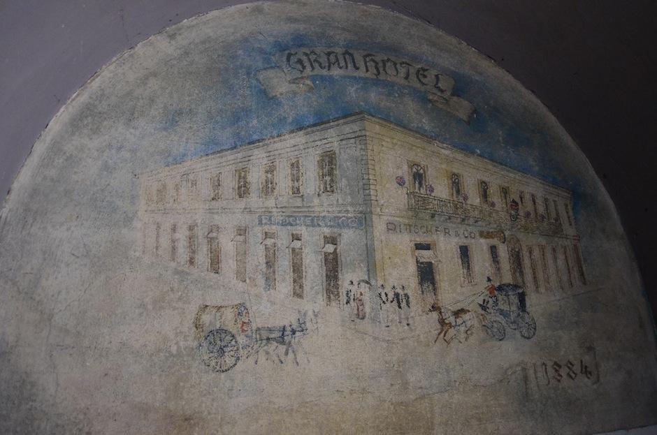 Este mural tiene la fecha 1884, año en que se inauguró el Gran Hotel. (Foto: Selene Mejía/Soy502)
