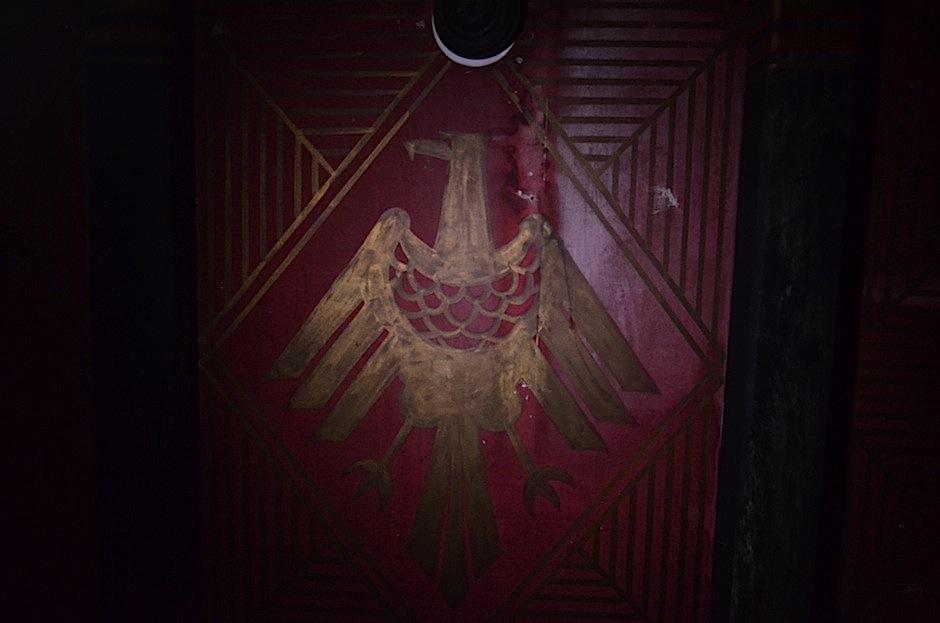 El techo del restaurante cuenta con escudos alemanes. (Foto: Selene Mejía/Soy502)