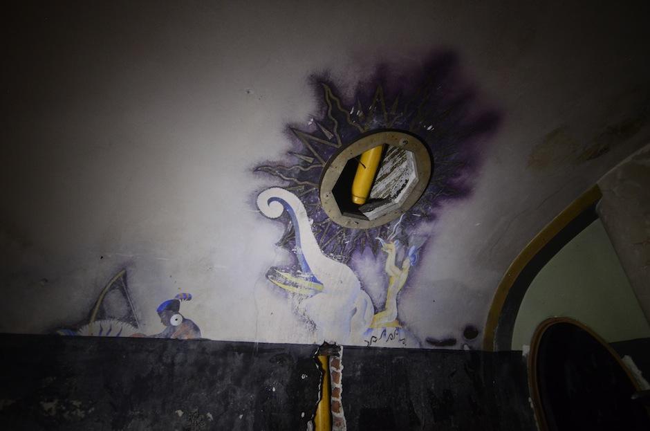 La obra está tapada por pintura negra, se desconoce el año en el que se pintó y el motivo por el que no se dejó intacta la obra. (Foto: Selene Mejía/Soy502)