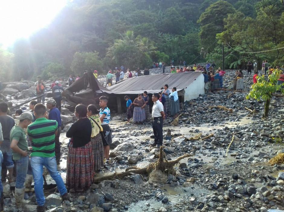 Los bomberos buscan a los desaparecidos. (Foto: Bomberos Municipales Departamentales)