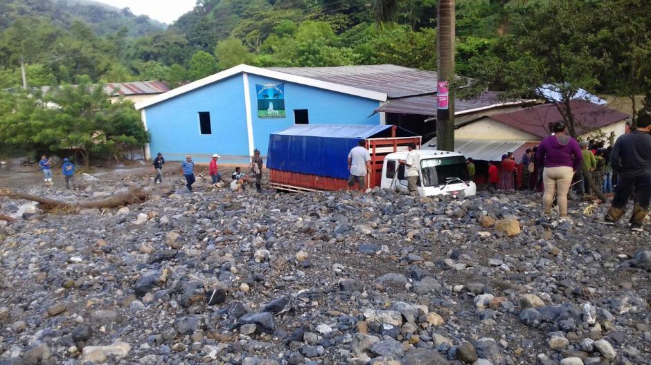 El desborde del río Pantic, en Tamahú, Alta Verapaz, causó un muerto. (Foto: Bomberos Municipales Departamentales)