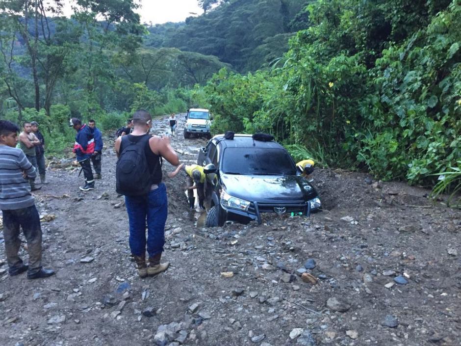 Varios carros quedaron atrapados entre el lodo y las piedras. (Foto: Bomberos Municipales Departamentales)