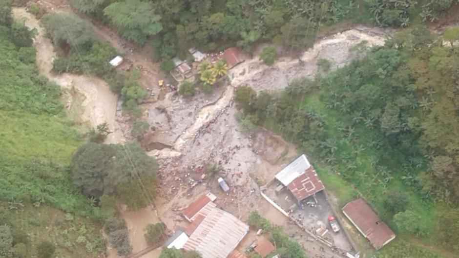 El desborde de un río causó la muerte de dos personas. (Foto: Conred)