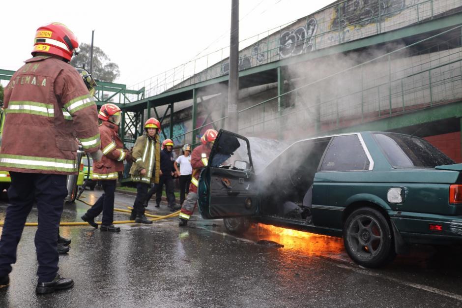 Un vehículo se incendió en la zona 13 capitalina. (Foto: Bomberos Municipales)